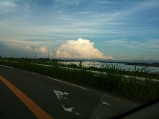夏の雲と吉野川